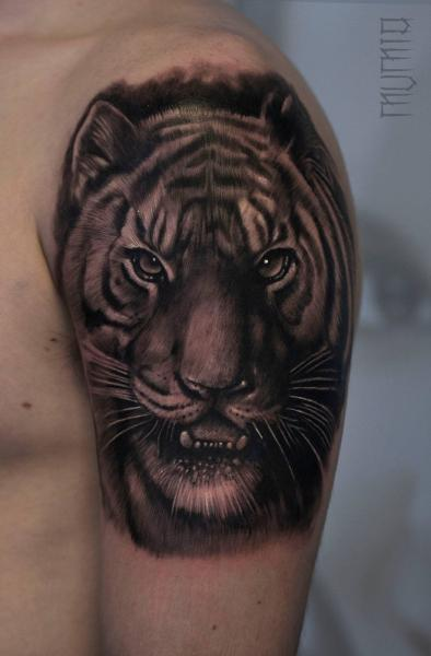 Shoulder Realistic Tiger tattoo by Mumia Tattoo